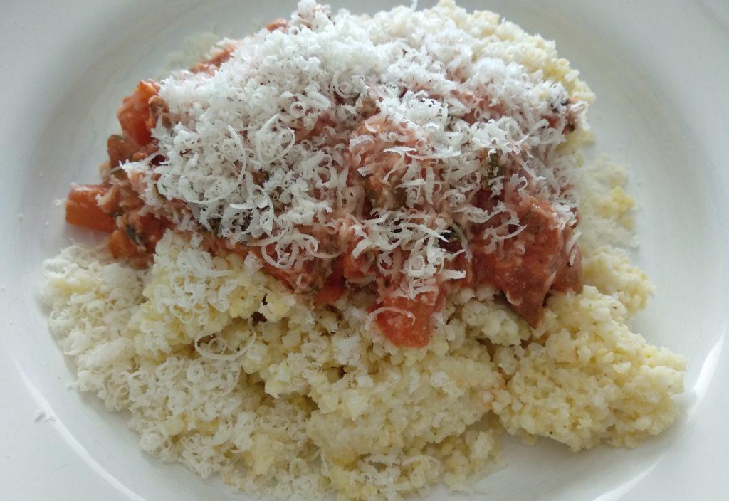 śmietanowo pomidorowy sos z cukinią i kaszą jaglaną
