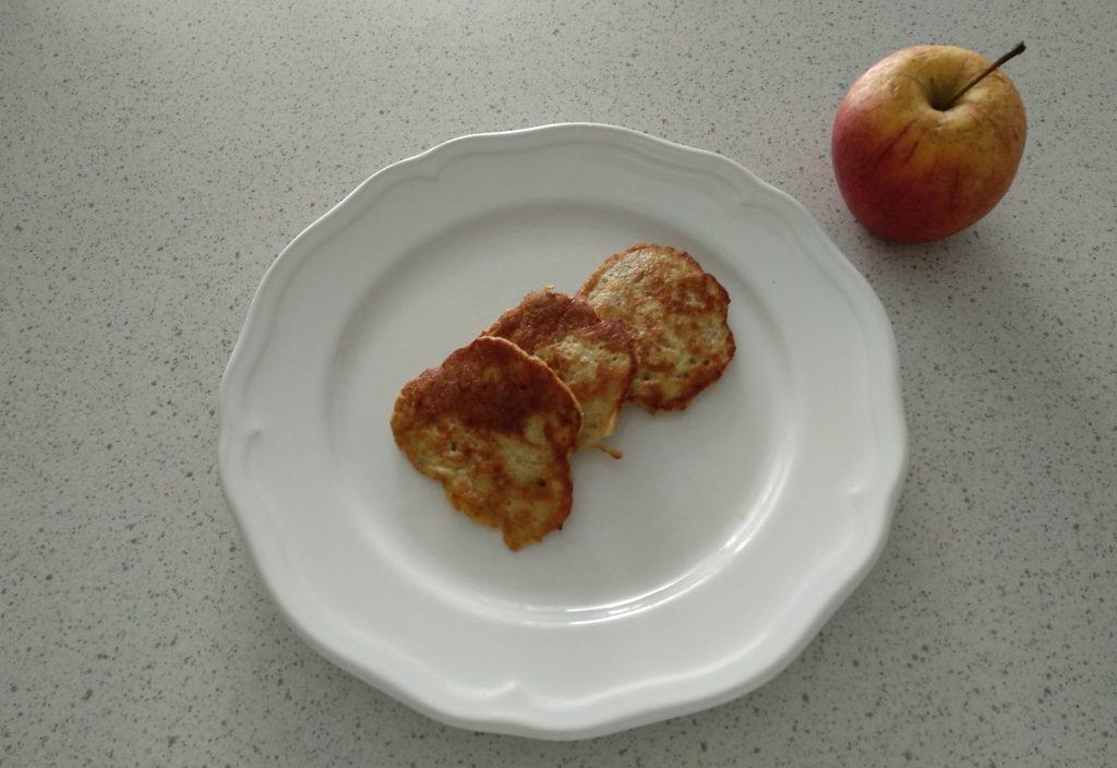 placki jabłkowe z cynamonem
