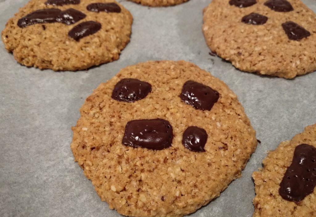 Ciasteczka orzechowe z kawałkami czekolady