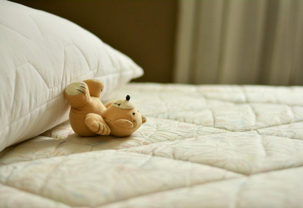 Kiedy dziecko zaczyna przesypiać noc