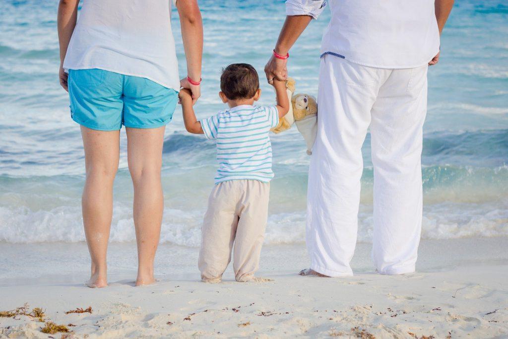 10 niezbędnych gadżetów na urlopie z małym dzieckiem