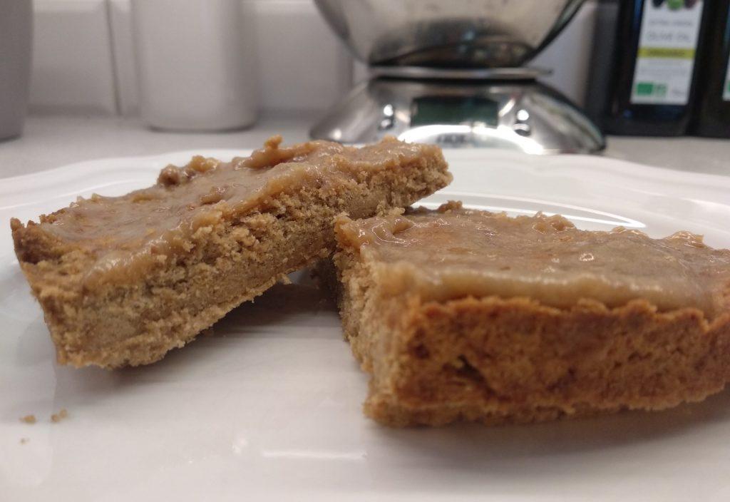 Zdrowy tradycyjny mazurek z kajmakiem dla dzieci