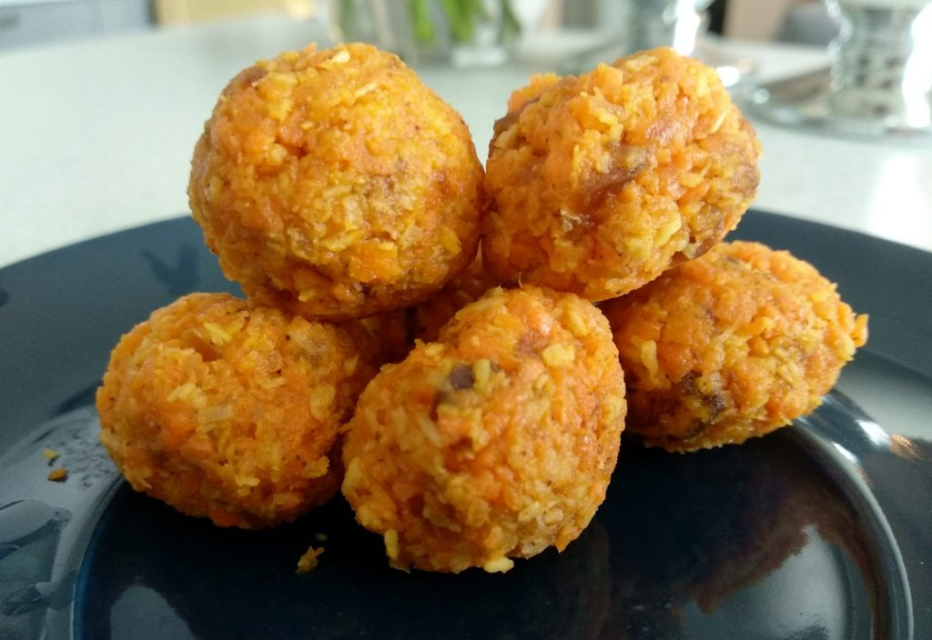 Daktylowe kulki marchewkowo-kokosowe z cynamonem