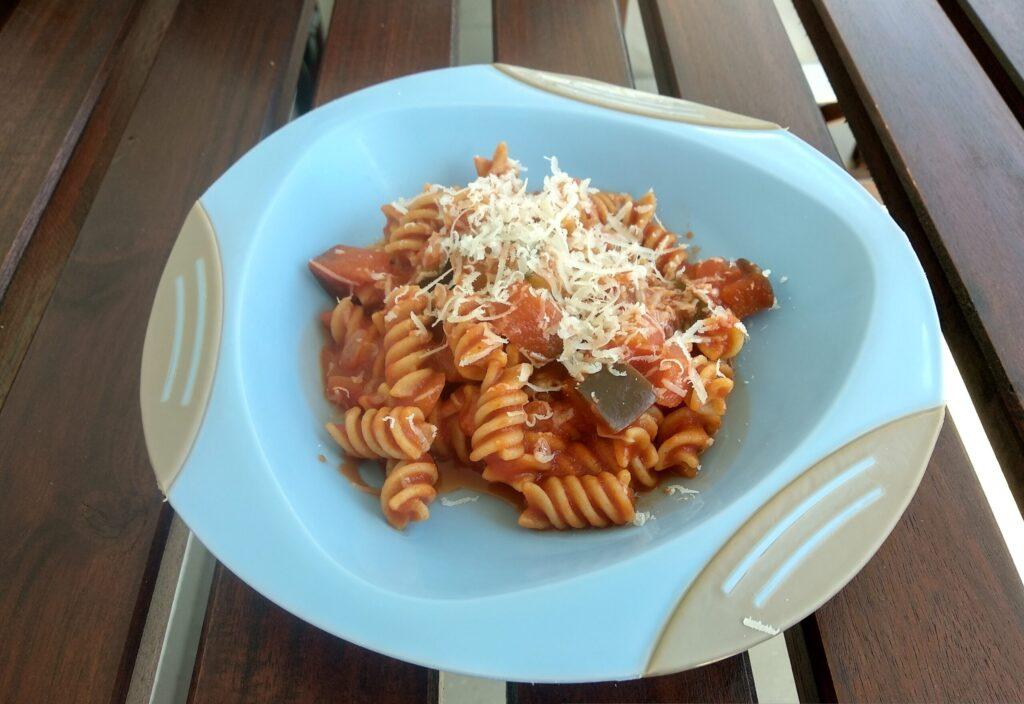 Pomidorowy makaron z bakłażanem dla małych i dużych